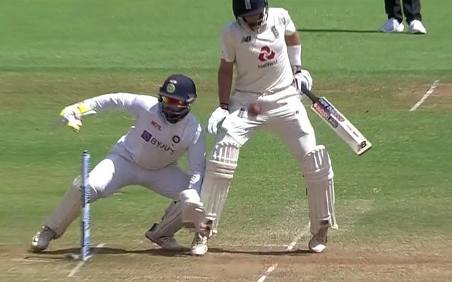 Virat Kohli hit Joe Root